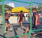 Echte Strassenkicker: Der «FC Albania» aus Diepoldsau (in Rot) reist als Fairplay-Sieger in der U14 ans Finalturnier nach Luzern. (Bilder: Yves Solenthaler)