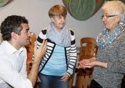 Gemeindepräsident Alexander Bommeli im Gespräch mit Mathilde Zogg und Ursula Metzger, Leiterinnen der Seniorenbetreuung. (Bild: Philipp Stutz)