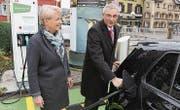 Stadträtin Gaby Krapf-Gubser und Roger Wichser von der Raiffeisenbank Gossau-Niederwil weihen die Elektrotankstelle ein. (Bild: PD)