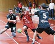 Fabrice Walter vom SC Frauenfeld (rot) kämpft sich durch die Appenzeller Verteidigung mit Lukas Manser und Rene Rigas. (Bild: Mario Gaccioli)