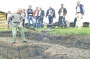 Der kulturhistorische Aspekt der Schollenmühle: René Biollay aus Altstätten demonstriert, wie man früher von Hand Torf gestochen hat. (Bild: Max Tinner)