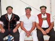 Im Einsatz für das NOS-Team: Mario Schneider, Stefan Burkhalter und Daniel Bösch mit dem Rigi-Kranz (von links). (Bild: PD)