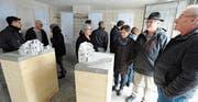 Anwohner und Freunde der Architekten machen sich im alten Waschhaus ein Bild vom geplanten Umbau des Balmerhauses. (Bild: Max Tinner)