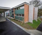 Das Schulhaus Feldli wurde im Zuge der Sanierung mit Säulen erdbebensicher gemacht. (Bild: Urs Bucher (30. März 2012))