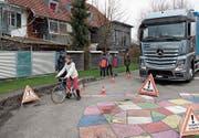 Obwohl der Chauffeur sich sogar noch etwas vorbeugt, kann er vor sich nur Ivo Bürge sehen, nicht jedoch die Kinder. (Bilder: Gert Bruderer)