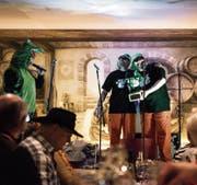 Ehrung auf der 26. Tour durch Gossauer Fasnachtsbeizen. Die «Zwei Räppler» bekommen den ersten Drachenpreis. (Bild: Sabrina Stübi)