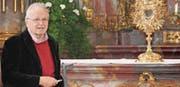 Der ehemalige Stiftsarchivar Markus Kaiser erläuterte eingehend, wie die Kirche des Klosters St. Gallenberg künstlerisch gestaltet wurde. (Bild: Christof Lampart)