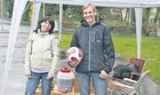 Mit dem Ball im Regen alleine stehen gelassen: Claudia Tobler und Roman Rüssmann. (Bild: Yannik Pozní?ek)