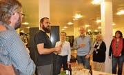 Bierdegustation in der Uzwiler Gemeindebibliothek – ein mundendes und spannendes Erlebnis. (Bild: Kathrin Meier-Gross)