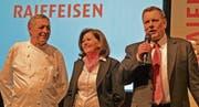 Markus Thalmann (rechts) verabschiedet das Wirtepaar Markus und Vreni Güntensperger.