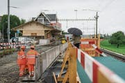 Während Fahrgäste in Muolen den provisorischen Perron benützen, bemühen sich Arbeiter um die rasche Fertigstellung des neuen. (Bild: Jil Lohse)