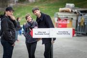 Drei von vielen, die sich gestern Sonntag an der Ruckhalde über den neuen Eisenbahntunnel informieren liessen (Bild: Michel Canonica)