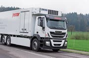 Der neue grosse Elektrolastwagen des Schweizer Umrüsters E-Force One wird ab Dezember vom Bäckereizulieferer Pistor eingesetzt. Die zwei Batterien befinden sich zwischen der Hinter- und der Vorderachse unter dem Aufbau. (Bild: PD)