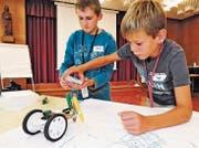 Marcel Dietrich und Joel Finger aus Rebstein haben einen Roboter gebaut, der funkferngesteuert zeichnet. (Bild: Max Tinner Luechingen)