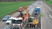 Die sogenannten Logistikstrecken in der Mitte der Autobahn werden im Notfall zu Rettungsgassen. (Bild: Kurt Latzer)