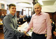 Fleiss in der Lehre lohnt sich: Mauro Kühnis wurde gestern von Rotary-Rheintal-Präsident Christoph Kempter mit dem Förderpreis für den besten Lehrabschluss im Rheintal ausgezeichnet. (Bild: Max Tinner)