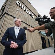 Ein Fernsehreporter interviewt Hoteldirektor Jörgen F. Kuhn. (Bild: Ralph Ribi (Ralph Ribi))
