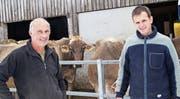 Sie haben aus zwei kleinen einen grossen Bauernhof gemacht: Josef Gämperli und Othmar Thalmann. (Bild: Michael Götz)