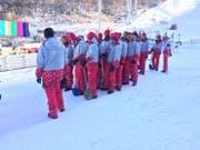Die Südkoreaner stellen sich auf für die Übung, eine Tribüne schnell vom Schnee zu befreien. (Bild: PD)