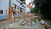 Kindergerechter Umbau: Derzeit wird der früher asphaltierte Pausenplatz hinter dem Spelterini-Schulhaus neu gestaltet. (Bild: Reto Voneschen)