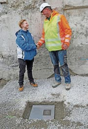 Lucia De-Marchi, Präsidentin Schülerparlament, und Peter Rohner, Tiefbaupolier, hatten die ehrenvolle Aufgabe, die Zeitkapsel ins Fundament zu legen. (Bild: Benjamin Schmid)