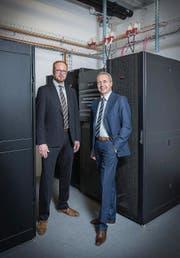 André Vils (links) von Würth ITensis in Rorschach und Unternehmenschef John Fisher im Serverraum. (Bild: Urs Bucher)