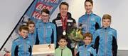 Mitglieder des Skiclubs Ebnat-Kappel ehrten Langläufer Beda Klee aus Wattwil. (Bild: Urs Huwyler)