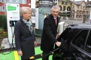 Die Stadträtin Gaby Krapf-Gubser (links) und Roger Wichser von der Raiffeisenbank Gossau-Niederwil bei der Einweihung der Elektrotankstelle. (Bild: pd)