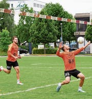 Die beiden Angreifer Juliano Fontoura (rechts) und Jan Meier (links) hatten gegen Jona kein leichtes Spiel. Zu stark war dessen Defensivleistung. (Bild: pd)