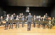 Applaus vom Publikum und von seinen Musikern gab es zum Abschied für Alain Wozniak. (Bilder: Maya Seiler)