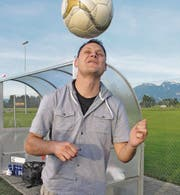 Der bald 40-jährige Christian «Gigi» Städler hat diese Saison in der 4. Liga 21 Tore erzielt. Hier demonstriert er, dass sein Ballgefühl immer noch exzellent ist. (Bild: Mäx Hasler)