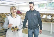 Christian Weniger, Geschäftsführer, und die Mitarbeiterin Michèle Lüber im Fabrikladen. (Bild: ste)