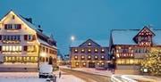 Seit Jahren schmückt der Verein zum Schutz des Ortsbilds den «Freihof» in der Weihnachtszeit mit Sternen. Die Mitglieder wünschen sich aber, dass die Lichter auch im Innern bald wieder angehen. (Bild: Urs Jaudas)