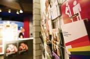 Präventionsarbeit in der Schwulenszene: Informationsbroschüren am Eingang der Männersauna Mann-o-Mann. (Bild: Luca Linder)