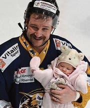 Mit seinem zweimonatigen Töchterchen Ladina hat sich Sascha Moser vom Widnauer Publikum verabschiedet. (Bild: ys)
