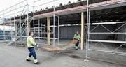 Bevor die Unterhaltsdienste der Stadt ihr Material aus der Fernheizungsanlage Breite ins ehemalige Feuerwehrdepot am Stossplatz zügeln, bekommt der über 40 Jahre alte Bau ein neues Dach und neue Tore. Die alten wurden gestern abmontiert. (Bild: Max Tinner)