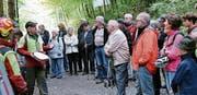 Interessante Erläuterungen im Wald der Forstgemeinschaft Rebstein-Marbach. (Bild: Max Pflüger)
