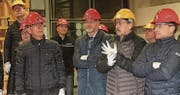 Helm und Handschuhe sind im Ausbildungstrakt Pflicht, auch für Gemeinderat Erwin Thalmann und Gemeindepräsident Elmar Metzger.