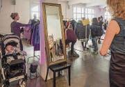 Stöbern und anprobieren beim Kleidertausch im Lagerhaus an der Davidstrasse. (Bild: Hanspeter Schiess (14. November 2015))