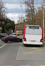 Das Auto rammte den Bus. (Bild: Stapo SG)