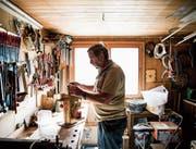 In seinem Freizeitbereich: Köbi Hofstetter stellt immer neue Unikate her in seiner gut ausgerüsteten Werkstatt. (Bilder: Mareycke Frehner)