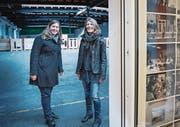 Heute nur eine Lagerhalle, morgen vielleicht schon ein Containerdorf: Jasmin Häne (links) und Gabriela Falkner im «Lattich» auf dem Güterbahnhof-Areal. (Bild: Ralph Ribi)