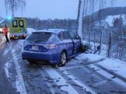 In Uzwil prallte das Auto eines 19-Jährigen gegen einen Baum. (Bild: Kapo)
