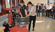 Regierungsrätin Heidi Hanselmann legt bei der Reifenmontage Hand an. (Bild: Urs Bänziger)