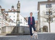 Karin Keller-Sutter spaziert gerne mit ihrem Hund Picasso durch die Altstadt. Ihr Lieblingsort ist der Hofplatz. (Bild: Urs Bucher)