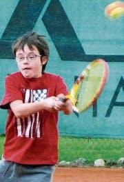 20 Kinder der Mittelstufe der PHS Heerbrugg spielen an jedem Dienstag im September Tennis beim TC Diepoldsau-Schmitter. (Bild: ys)