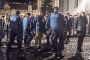 Auf dem St.Galler Klosterplatz feierten viele Menschen ins Neue Jahr hinein. (Bild: Michel Canonica)