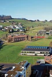 Die Schulraumplanung in Bazenheid führt zu Diskussionen. Vorne rechts die Primarschule Neugasse, hinten links die Oberstufe. (Bild: PD)