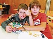 Nadim Frei und Riccardo Seitz aus Widnau haben eine Bananenschneidemaschine erfunden und gebaut. (Bild: Max Tinner Luechingen)
