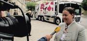 Die Thurgauer Regierungsrätin Carmen Haag vor dem neuen ZAB-Fahrzeug, das Werbung für die Kuh-Bags macht. (Bild: Hans Sutter)